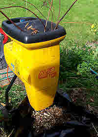 Quiet cut & cut garden shredder